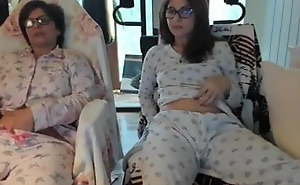 MOTHER AND DAUGHTER IN FRONT Happen to of THE WEBCAM